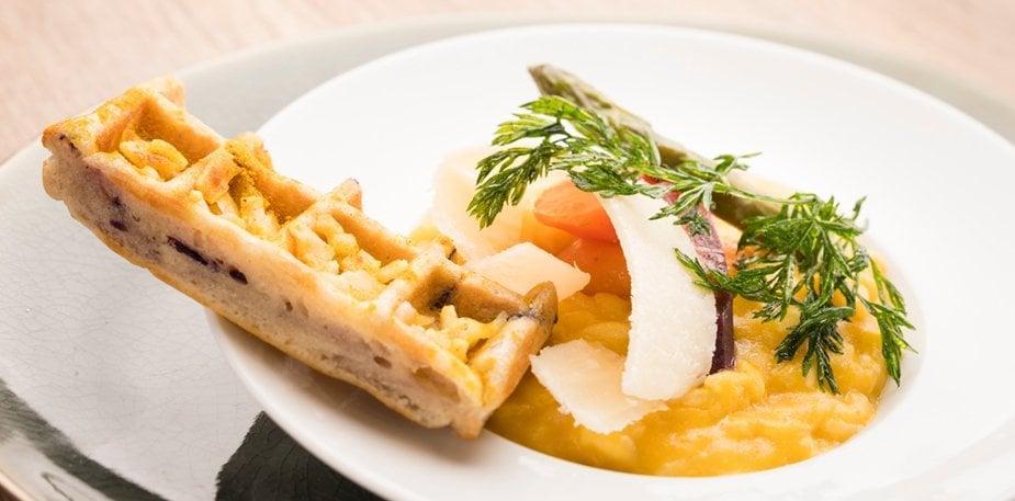 Risotto de carotte et parmesan aux asperges, gaufre à la carotte – Recette